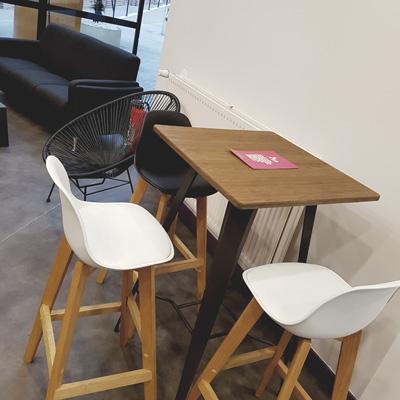 Table haute et chaises de la Cantine Numérique