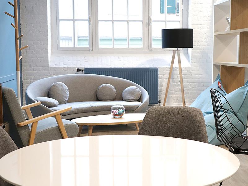 Un canapé et des fauteuils dans l'espace coworking